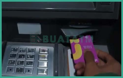 1 Masukkan Kartu ATM Bank Jago